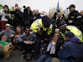 Активісти проводять протести в Лондоні та інших великих містах країни, проти змін клімату
