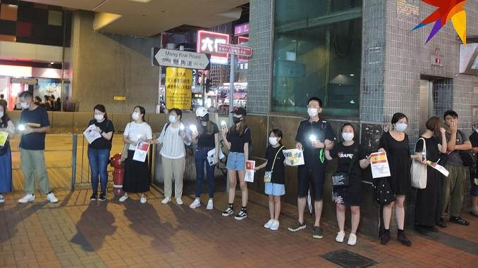 Відповідно до закону про надзвичайний стан, в Гонконзі заборонено носити максі