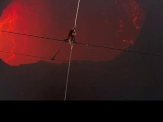 Американський сміливець Нік Валленда пройшов канатом через діючий вулкан, відомий як «Рот Пекла»