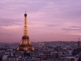 Париж посилює обмеження через коронавірус, так як число загиблих у Франції перевищує 10000